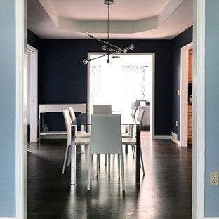 Cette image montre une salle à manger design de taille moyenne et fermée avec un mur bleu, un sol en bois foncé et aucune cheminée.