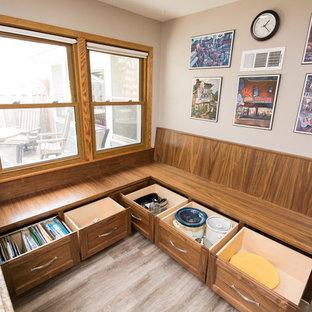 Inspiration pour une salle à manger ouverte sur la cuisine traditionnelle de taille moyenne avec un mur blanc et un sol en vinyl.