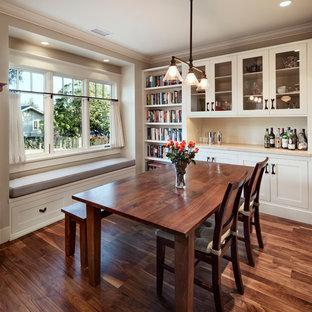 Imagen de comedor de estilo americano, pequeño, abierto, con paredes grises y suelo de madera oscura