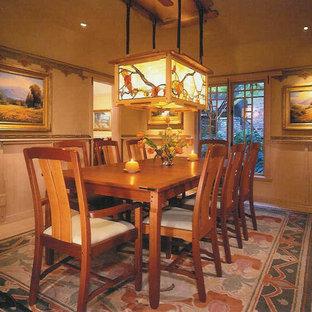 Modelo de comedor de estilo americano, de tamaño medio, cerrado, sin chimenea, con paredes beige, suelo de madera clara y suelo marrón