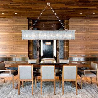 На фото: большая отдельная столовая в современном стиле с коричневыми стенами и полом из сланца без камина с