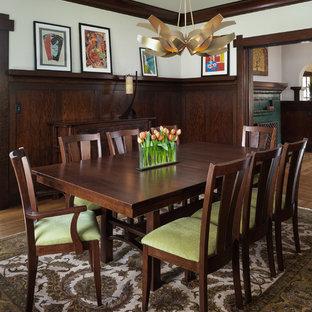 Esempio di una grande sala da pranzo american style chiusa con pareti bianche, pavimento in legno massello medio, camino classico, cornice del camino in mattoni e pavimento marrone