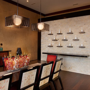 Ejemplo de comedor asiático, grande, abierto, sin chimenea, con paredes multicolor, suelo de madera oscura y suelo marrón