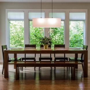 Modelo de comedor de cocina de estilo americano, de tamaño medio, con paredes blancas y suelo de bambú