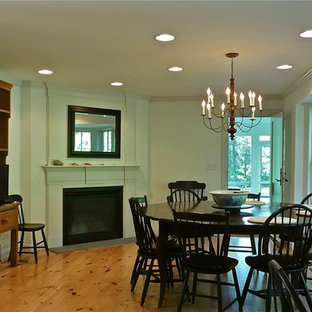 Создайте стильный интерьер: большая кухня-столовая в стиле рустика с угловым камином, бежевыми стенами, паркетным полом среднего тона, коричневым полом и фасадом камина из камня - последний тренд