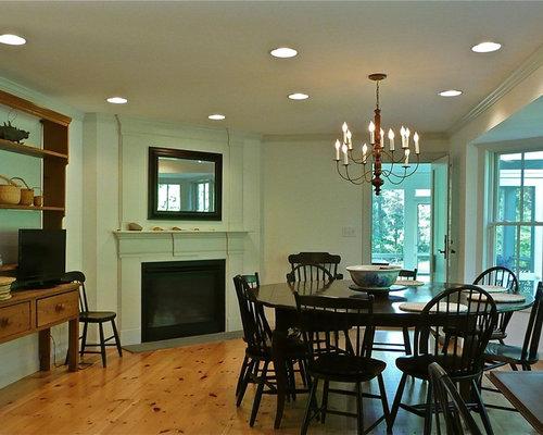 Sala da pranzo aperta verso la cucina con camino ad angolo - Foto ...