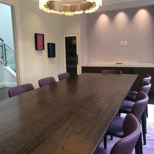 Inspiration för en mycket stor funkis matplats, med lila väggar och mellanmörkt trägolv
