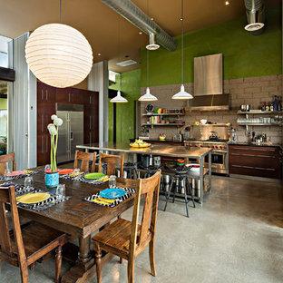 Imagen de comedor de estilo americano, grande, abierto, con paredes multicolor, suelo de cemento y suelo gris