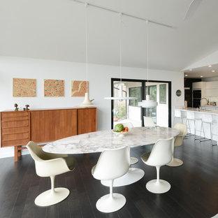 Diseño de comedor retro, grande, abierto, sin chimenea, con paredes blancas y suelo de madera oscura