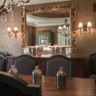 Esempio di una sala da pranzo tradizionale con pareti con effetto metallico