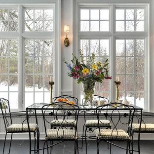 Неиссякаемый источник вдохновения для домашнего уюта: столовая в классическом стиле с полом из сланца и черным полом
