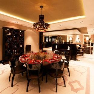 Ispirazione per una grande sala da pranzo aperta verso il soggiorno minimal con pareti beige, pavimento in gres porcellanato e pavimento bianco