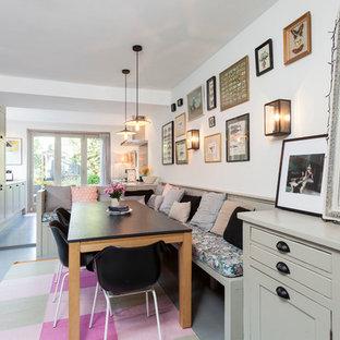 Idées déco pour une salle à manger scandinave avec un mur blanc et un sol en bois peint.