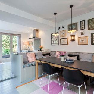 Foto på ett minimalistiskt kök med matplats, med vita väggar och målat trägolv