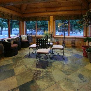 Foto di una grande sala da pranzo aperta verso la cucina rustica con pavimento in travertino, nessun camino e pavimento multicolore