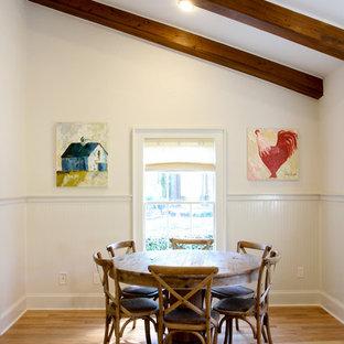 На фото: гостиная-столовая среднего размера в стиле кантри с белыми стенами и светлым паркетным полом без камина с