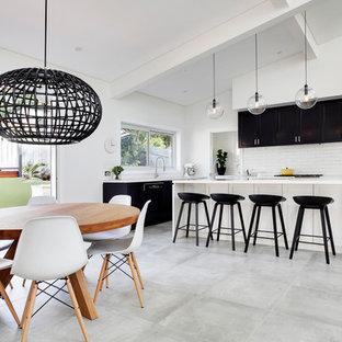 Esempio di una sala da pranzo aperta verso la cucina nordica con pareti bianche