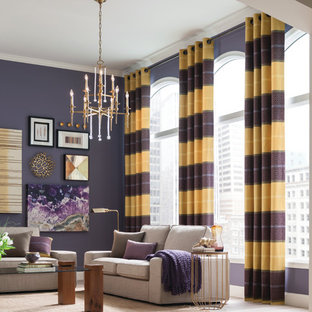 На фото: большая гостиная-столовая в современном стиле с фиолетовыми стенами и светлым паркетным полом