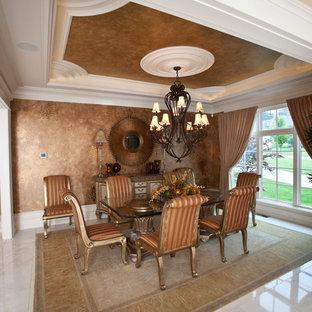Immagine di un'ampia sala da pranzo aperta verso il soggiorno classica con pareti con effetto metallico e pavimento in marmo