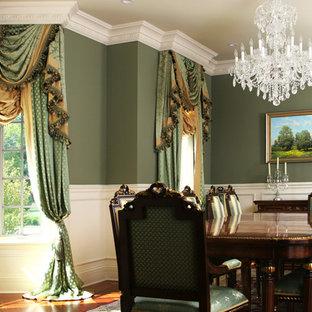 Immagine di una grande sala da pranzo tradizionale chiusa con pareti verdi, pavimento in legno massello medio, nessun camino e pavimento marrone