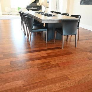 Ispirazione per un'ampia sala da pranzo aperta verso la cucina con pareti beige, pavimento in legno massello medio, nessun camino e pavimento rosso