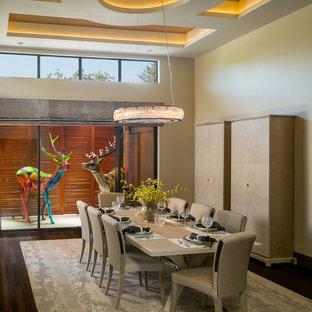 Immagine di una grande sala da pranzo aperta verso il soggiorno design con pareti beige e pavimento in bambù