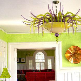 Esempio di una sala da pranzo classica chiusa e di medie dimensioni con pareti verdi e parquet chiaro