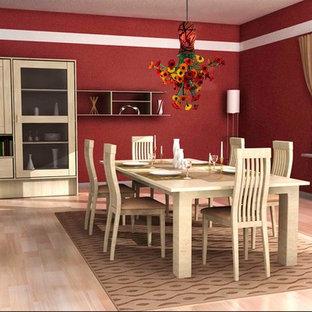 Inredning av en klassisk mellanstor separat matplats, med röda väggar och ljust trägolv