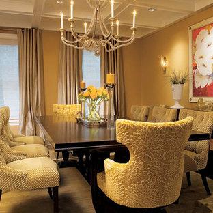 Foto di una grande sala da pranzo classica con moquette, pareti marroni, nessun camino e pavimento marrone