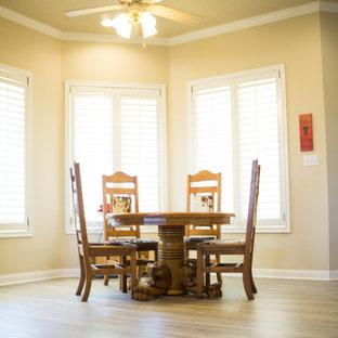 Imagen de comedor de cocina clásico, pequeño, sin chimenea, con paredes beige, suelo de madera clara y suelo beige