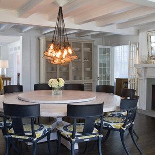 Idee per un'ampia sala da pranzo aperta verso il soggiorno stile marinaro con pareti bianche, parquet scuro, camino classico e cornice del camino in pietra