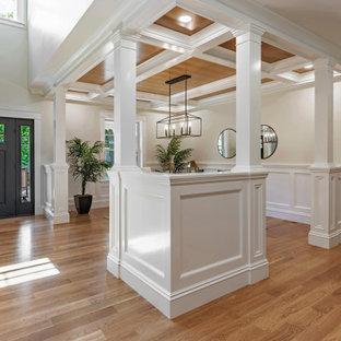 Ejemplo de comedor casetón y boiserie, ecléctico, grande, abierto y boiserie, con paredes beige, suelo de madera en tonos medios, suelo marrón y boiserie