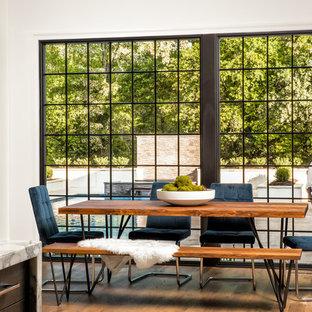 Diseño de comedor clásico renovado, grande, abierto, con paredes blancas y suelo de madera en tonos medios