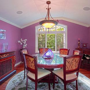 Diseño de comedor clásico renovado, de tamaño medio, cerrado, sin chimenea, con paredes púrpuras, suelo de madera en tonos medios y suelo marrón