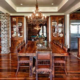 Modelo de comedor rural, abierto, con paredes beige, suelo de madera oscura y suelo marrón