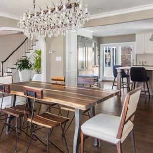 Foto di una grande sala da pranzo aperta verso la cucina tradizionale con pareti grigie, pavimento in legno massello medio e pavimento marrone
