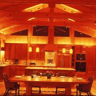 Exemple d'une grande salle à manger ouverte sur le salon craftsman avec un mur marron et un sol en bois clair.