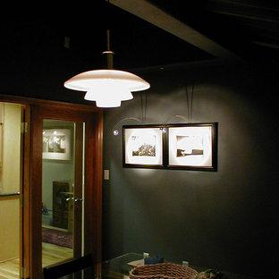 Foto di una sala da pranzo minimalista chiusa e di medie dimensioni con pareti verdi, parquet chiaro, nessun camino e pavimento beige