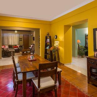 Idéer för mellanstora eklektiska separata matplatser, med gula väggar, klinkergolv i keramik och flerfärgat golv