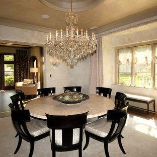 Ispirazione per una grande sala da pranzo aperta verso il soggiorno chic con pareti con effetto metallico e parquet scuro