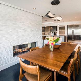 Inredning av en 60 tals mellanstor matplats med öppen planlösning, med vita väggar, mörkt trägolv, en dubbelsidig öppen spis, grått golv och en spiselkrans i trä