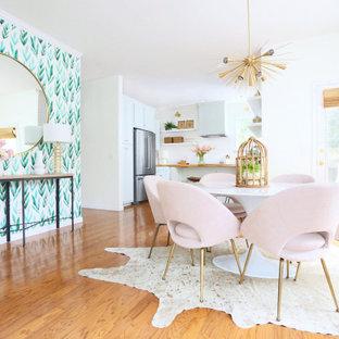 Shabby-Chic-Style Wohnküche mit bunten Wänden, Tapetenwänden und braunem Holzboden in Atlanta