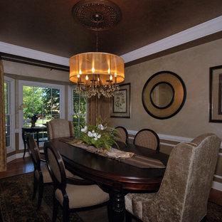 Imagen de comedor clásico, de tamaño medio, cerrado, sin chimenea, con paredes marrones, suelo de mármol y suelo marrón