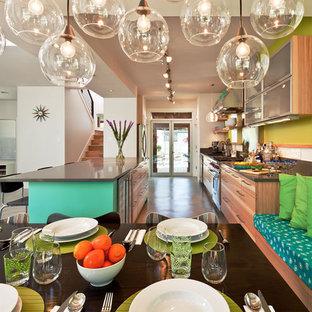 Esempio di una sala da pranzo contemporanea con pareti verdi