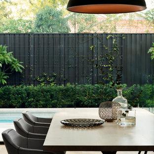 Idee per una sala da pranzo contemporanea con parquet chiaro e pavimento beige