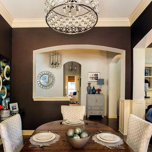 Immagine di una sala da pranzo aperta verso la cucina classica di medie dimensioni con pareti marroni, pavimento in gres porcellanato e nessun camino