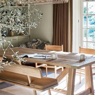 Foto di una sala da pranzo aperta verso la cucina stile marino con pareti verdi, parquet chiaro e pavimento blu