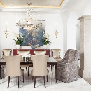 Foto på en medelhavsstil matplats med öppen planlösning, med vita väggar och marmorgolv