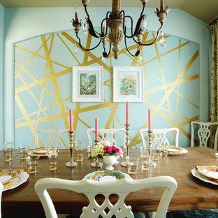 Esempio di una sala da pranzo bohémian chiusa e di medie dimensioni con pareti blu, parquet scuro, nessun camino e pavimento marrone