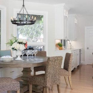 Inspiration för en mellanstor vintage matplats med öppen planlösning, med grå väggar, ljust trägolv, en öppen hörnspis, en spiselkrans i trä och beiget golv